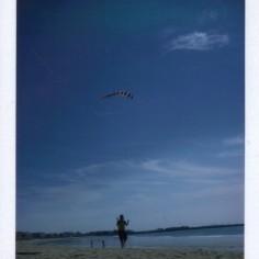 Voile à la plage en plein vol.