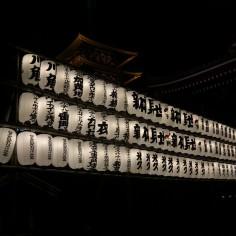 Chaque lanterne représente un don fait au temple (par des entreprises)