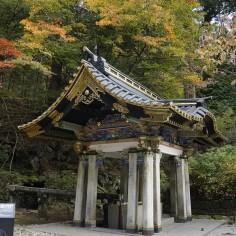 Source d'eau dans laquelle on est censé se rincer la bouche et les mains avant d'aller au temple