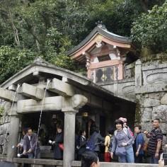 La chute Otowa-no-taki, chaque filet d'eau a une vertue : santé, longévité et succès dans les études. Une petite coupe pour la route ?