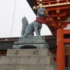 A l'entrée, on est bien accueilli par ce kitsune (renard) qui monte la garde.